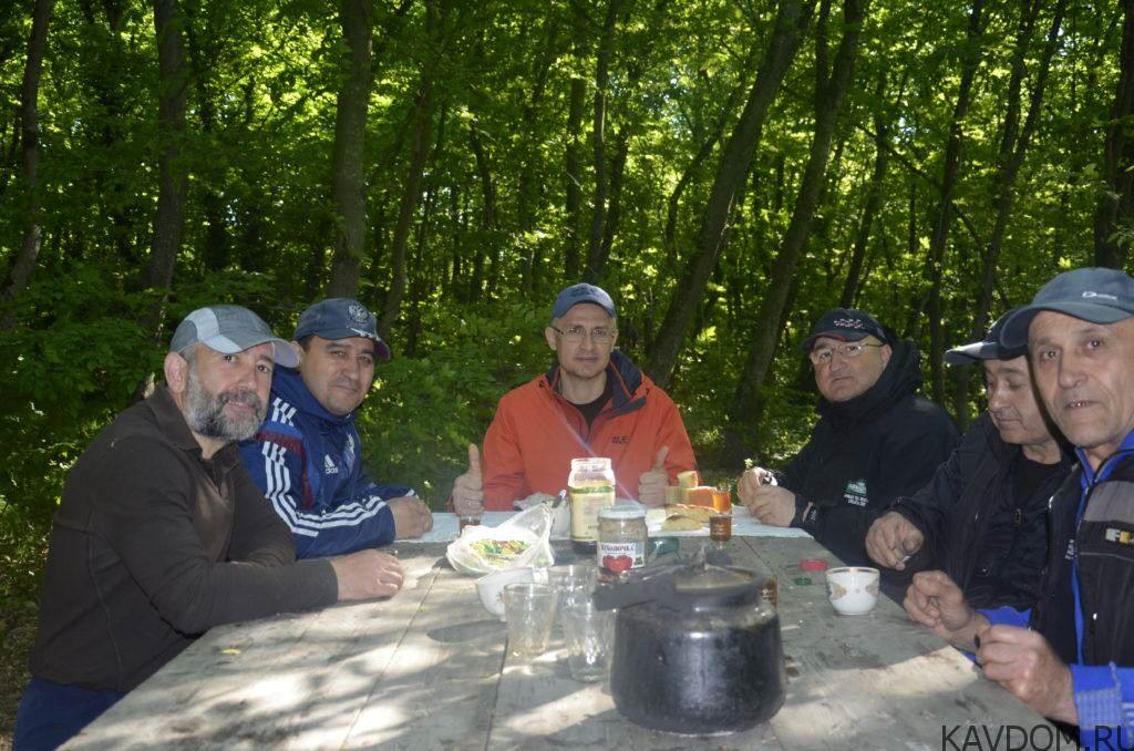 Утреннее чаепитие под прохладой зеленой листвы Соснового бора в г. Дербент.